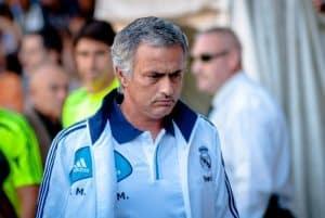 Jakie są zasady zmiany klubu w trakcie sezonu przez trenera piłki nożnej?